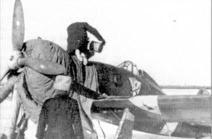 Как и большинство самолетов, попавших на Восточный фронт, истребитель С. 200 абсолютно не подходил для эксплуатации в условиях жестоких морозов. Капоты двигателей этих истребителей в обязательном порядке закрывали чехлами, а перед запуском моторы требовалось прогревать горячим воздухом. Надо сказать, зимой итальянские истребители поднимались в небо в исключительных случаях. На снимке — истребитель С.200 из 22-й отдельной группы. Обратите внимание на нарисованную на борту фюзеляжа ниже кабины характерную эмблему группу.