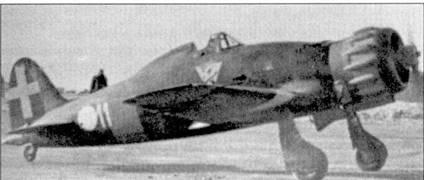 Снимок сделан в Запорожье осенью 1941г. истребитель С. 202 имеет полный комплект «символики» Восточного фронта — желтое кольцо вокруг фюзеляжа за кабиной летчика, белые треугольники на нижних поверхностях плоскостей крыла в районе крепления основных опор шасси. На этом самолете часто летал командир 369-й эскадрильи капитане Джиавани Червелли. На его счету 13 групповых побед, одержанных в России.