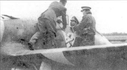 Знаменитый ас люфтваффе (115 побед) полковник Вернер Мельдерс в кабине истребителя С. 200. Снимок сделан во время посещения оберстом 22 группы, вскоре после ее прибытия на Восточный фронт в августе 1941г.