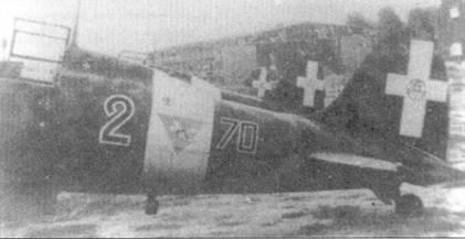 Три истребителя С. 202 из 70-й эскадрильи 23-й группы 3 Stormo на аэродроме Червети в окрестностях Рима, август 1943г. На заднем плане — разбомбленный ангар. Летом 1943г. личный состав Stormo пытался закрыть небо центральной Италии от налетов бомбардировщиков союзников. Наиболее удачливыми пилотами соединения стали серженте мажжиори Горрини и тененте Бордоне Бислери.