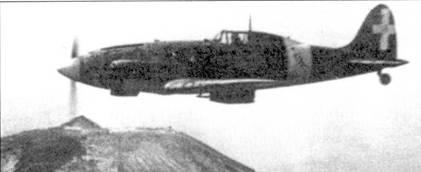 Истребитель С.202 в полете над символом Италии — вулканом Везувий. Группа базировалась на аэродроме Неаполь-Каподичино и входила в систему ПВО южной Италии. Подразделение понесло тяжелейшие потери, пытаясь защитить Неаполь от налетов американской авиации.