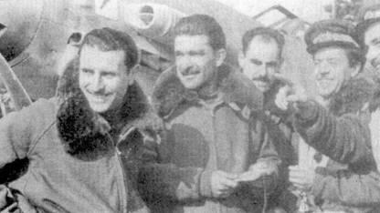 Пятеро летчиков из 1-й эскадрильи I Gruppo Caccia, одержавших победы в воздушных боях в небе Италии. Слева направо: серженте Диего Родоз (шесть побед), тененте Бруно Карта зио (четыре), тененте Витторио Сатта (две), тененте Антонио Вейсс (две), тененте Марио Каваторе (три).