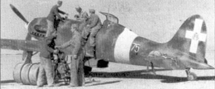 Заправка горючем истребителя С. 202 командира 75-й эскадрильи 23-й группы 3 Stormo капитана Марио Пинна (пять побед).