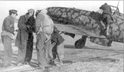 Техники помогают подогнать парашют командиру 23-й группы 3 Stormo майору Луиджи Филиппи (семь побед). Аэродром Сфакс, восточный Тунис, январь 1943г. Обратите внимание на флажок командира группы, нарисованный на борту фюзеляжа истребителя С.202 (справ от ноги техника). Менее чем через месяц, после того, как была сделана эта фотография Филиппи погиб. Майор погиб вовсе не в воздушном бою, его автомобиль 20 февраля попал под огонь американской пехоты, наступавшей на аэродром Сфакс.