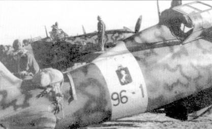 Эмблема 9-й группы представляла собой негативное изображение эмблемы 10- й группы. Па сделанном в 1942г. снимке запечатлен истребитель С. 202 из 96-й эскадрильи тененте Эмануэли Аннони (девять побед).