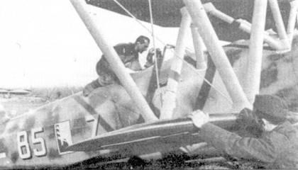 После кратчайшего участия в кампании во Франции, Regia Aeronautica внесла не менее скромный вклад в битву за Британию. Небольшая авиационная группа итальянцев действовала над Ла-Маншем с бельгийских аэродромов. Пропаганда шумно раздувала боевые успехи соколов дуче, на самом дели — успехи были минимальными. На снимке — СR. 42 из 18-й группы; в кабине — тененто Джулио Чезаре Гиунтелла, Бельгия, осень 1940г.