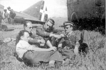 Крайний слева — сототененте Карло Сегапти из 2-й группы (пять побед, из них — четыре над Мальтой). 12 июля 1942г. его сбил над Мальтой канадец Джодж Бюрлинг, в том же бою погиб и командир группы Альдо Курантотти.