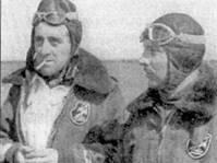 Командир 21-й отдельной группы майор Этторе Фосчини (справа), где-то в России. Ветеран Испании добавил на Восточном фронте к одной своей испанской победе семь сбитых советских самолетов. Обратите вниминие — на куртки летчиков нашита эмблема группы.