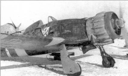 Первым итальянским подразделением, появившемся ни Восточном фронте в августе 1941г. стала 22-я отдельная группа. Снимок истребителя С.200 из этой группы сделан на аэродроме Запорожье. Обратите внимание на эмблему группы. Эмблему лично разработал ас «Бени» Бирон (восемь побед).