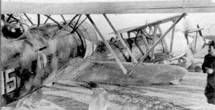 Снимок сделан на бельгийском аэродроме Урсель. На первом плане — истребитель CR.42 командира 18-й группы майора Феруччио Вазилла. Боевой дебют Возиллы состоялся в Испании.