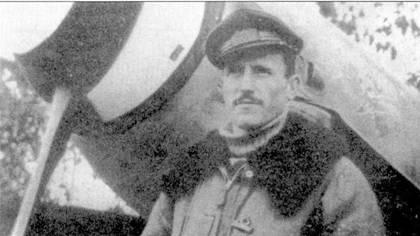 Тенен те Фаусто Филиппи позирует ни фоне истребителя Bf.109G, Сицилия, 1943г. На «мессершмитте» Филирри одержал большую часть из своих восьми побед. После заключения перемирия ас подался в ВВС фашистской республики. 23 января 1945г. его сбил «Спитфайр VIII» из 417-й эскадрильи RAF.