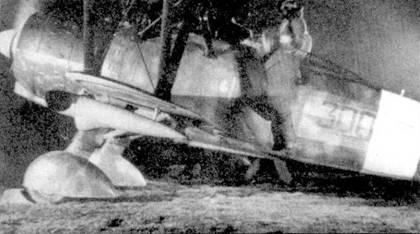 До вступления Италии во вторую мировою воину в составе Regia Aeronautica не имелось ни специализированных подразделений истребителей-ночников, ни самих ночных истребителей. В качестве ночного истребителя пришлось выступать спешно переоборудованным бипланам CR.42. Эти машины пытались перехватывать самолеты союзников, бомбившие ночыо объекты на территории Северной Италии. Истребители оборудовались прожекторами (на снимке хорошо виден, подвешен под нижней плоскостью крыла) и пламегасителями. Результат от действия таких «ночников» выглядел весьма скромно. На снимке — ночной CR.42. приданный 300-й эскадрилье 167-й отдельной группы. Фотография, вероятнее всего, сделана в мае 1942г., когда ночники входили в систему ПВО Рима и Неаполя.