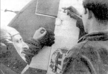 На киле истребителя С. 202 капитане Монако из с.202 рисует силуэт бомбардировщики В-17, который капитан <a href='https://arsenal-info.ru/b/book/1301438096/3' target='_blank'>сбил 11</a> января /943г.