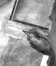 Отметку об очередной победе рисуют на киле истребителя серженте Римо Бройло из 71-й эскадрильи 17-й группы 1 Stormo. 20 марта 1942г. летчик сбил над Северной Африкой два Р-40.