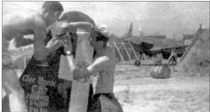 «Художники» — серженте мажжиори Дел Фаббро (слева) и тененте Джованни Амбросио. Оба пилота — летчики 378-й эскадрильи 155-й группы 51 Stormo. Отметка о сбитом самолете противника рисуется на киле истребителя С. 202 Амбросио, Гела, Сицилия, 10 июля 1942г. В этот день Амбросио, Дел Фаббро и Вицинтини сбили два «Спитфайра». Согласно отчета. м RAF в этот день был поврежден всего один «Спитфийр» из 126-й эскадрильи, который вернулся на базу.