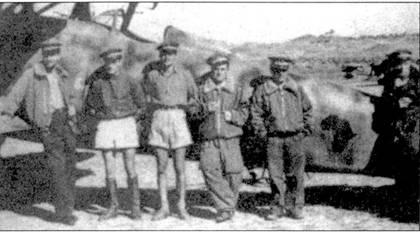 Тененте Марио Вицинтини среди летчиков 412-й эскадрильи позирует на фоне CR.42, аэродром Баренту, Эритрея, конец 1940г. Слева направо: тененте Каччиаваллини, тененте Вицинтини, соттотенентеД'Аддетта, тененте Ди Паули, капитано Раффи, соттотененте Леви. Обратите внимание на эмблему 412-й эскадрильи — черную Африку, красный конь на фоне Африки на этом снимке не виден. Многие летчики эскадрильи ранее служили в 4 Stormo.