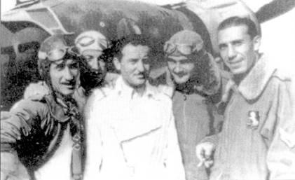 Сержанте мажжиоре Мартиноли (крайний справа) среди пилотов 9-й группы.
