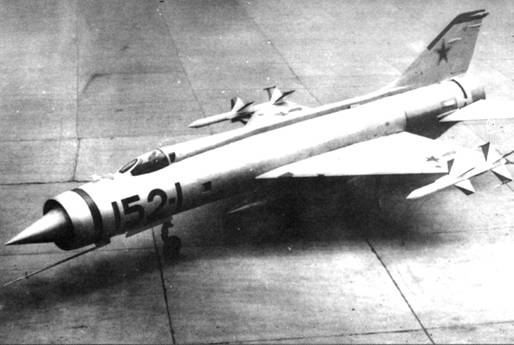 Опытный перехватчик Е-152/1 с ракетами К-9 на торцах крыла