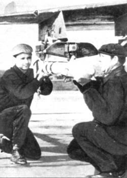 Техники снаряжают МиГ-21 учебным изделием УЗР-60
