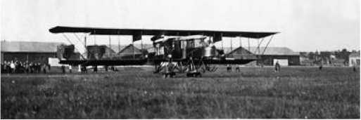 Взлёт «Русского витязя» с четырьмя расположенными в ряд моторами. Эта схема стала классической для тяжёлых самолётов.