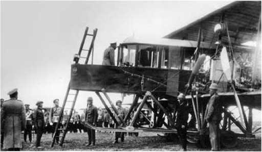 Николай II осматривает самолёт.