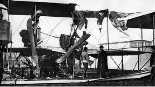 Разрушения, вызванные падением мотора с самолёта завода «Дукс».