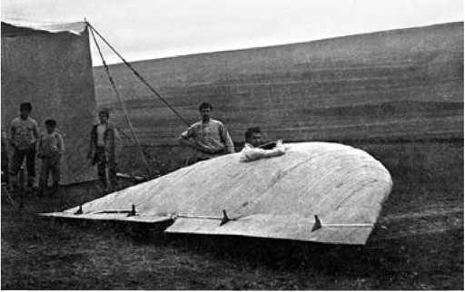 БИЧ-1 в лагере планеристов в Коктебеле. В кабине лётчикВ.Ф. Денисов.