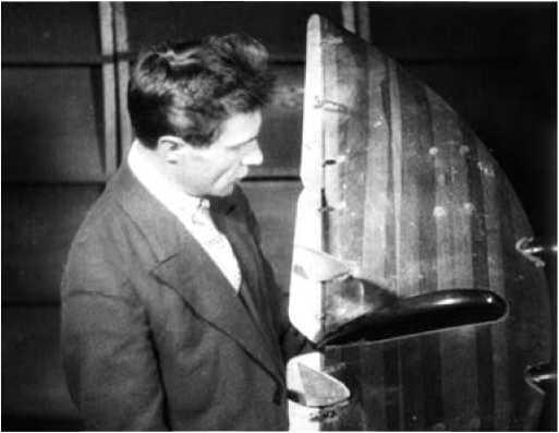 Б.И. Черановский с продувочной моделью«летающего крыла».