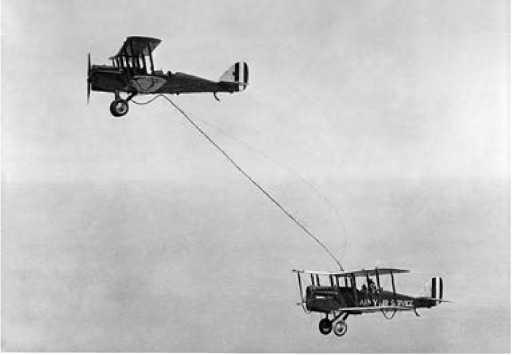 Первый опыт <a href='https://arsenal-info.ru/b/book/3810841708/6' target='_self'>дозаправки самолета в воздухе</a>. США, 1923г.