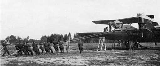 Закатывание истребителей на крылья было тяжёлой работой.