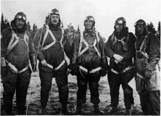 Участники первых полётов «звена Вахмистрова». Слева-направо: лётчик И-4 А.Ф. Анисимов, В.С. Вахмистров, командир ТБ-1 A.И. Залевский, лётчик И-4 B.П. Чкалов, инженер ТБ-1В.В. Морозов.