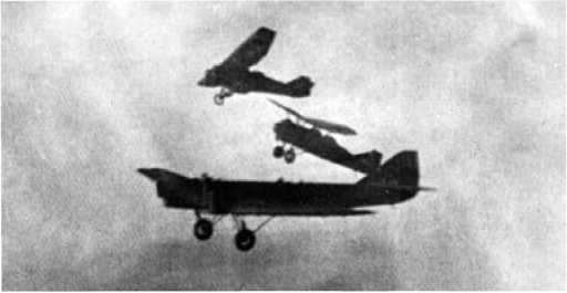 Момент отделения истребителей от ТБ-1.