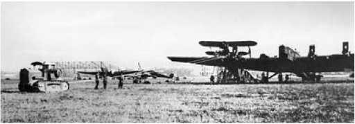 Установка истребителя И-5 на ТБ-3 с помощью трактора.
