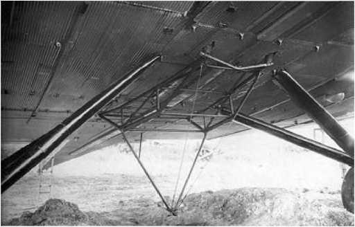 Причальная ферма в сложенном состоянии под самолетом ТБ-3.