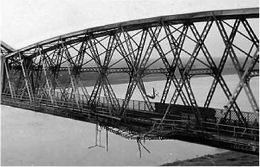 Повреждённый атакой СПБ Чернаводский мост черезДунай.