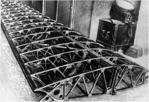 Каркас крыла самолёта Э-1.