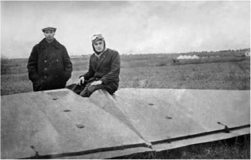 С.П. Королёв (справа) и Б.И. Черановский после полёта Королёва на БИЧ-8.