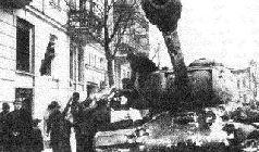 Советская регулировщица ефрейтор Александрова указывает путь на Берлин. 1945 г.