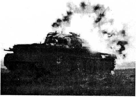 Момент попадания в танк ПТУРС «Джавелин»