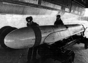 Загрузка ракеты Х-55ЭМ в самолет-носитель