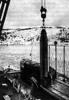 Загрузка ракеты Р-29 в шахту ПЛ
