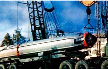 Подготовка и загрузка ракеты Р-29Р для испытаний с наземной ПУ
