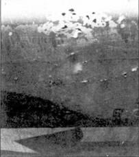 Пробоины в крыле истребителя «Корсар» с бортовым номером «114». Один 20-мм снаряд разорвался внутри левого крыльевого топливного бака, его осколки посекли носок и нижнюю поверхность крыла. Кен Уэлш сумел привести поврежденный самолет в Мунду.