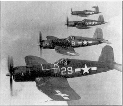 Самолеты F4U-1A «Корсар» из эскадрильи VF-17 в полете. Самолет на переднем плане пилотирует лейтенант Айра С. Кипфорд (16 побед). Истребитель с бортовым номером «8» пилотирует лейтенант Эрл Мэй (8 побед), «тройку» — лейтенант Фредерик Дж. Стрейг (5 побед). Обратите внимание — на всех самолетах отсутствуют мачты для натяжении проволочных радиоантенн.