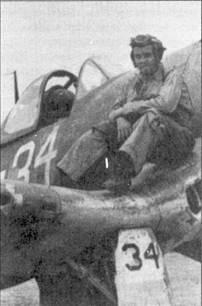 Лейтенант Дорис С. «Чико» Фримэн позирует на плоскости крыла своего истребителя F4U-1A с бортовым номером «34», Ондонга, ноябрь 1943г. Ниже козырька кабины на борту фюзеляжа изображены отметки о двух сбитых японских самолетах. Фримэн сбил два «Зеро» 21 ноября 1943г. В составе эскадрильи VF-17 Дорис Фримэн одержал еще две вероятные победы. Асом летчик стал в период службы в эскадрильи VF-84 в 1945г.