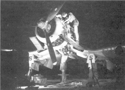 Ремонт самолета F4U-1A Bu№17656 с бортовым номером «5», Бугенвилль, 8 марта 1()44г. Эскадрилья VF-17 была одним из немногих вооруженных «Корсарами» подразделений, где самолеты закреплялись за летчиками. Истребители имели бортовые номера от «1» до «36». Самолеты каждого звена имели свой цвет обтекателя втулки воздушного винта. Так, звено Блэкбарна имело красные «носы», а звено Хедрайка — белые.