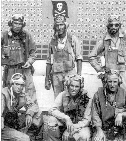 Летчики эскадрильи VF-I7, слева направо: стоят лейтенант Гарри А. «Дирти Эдди» Мэрч (4 победы в составе VF-17 и I — в составе VF-6), лейтенант Сарл У. Гилберт (1 победа) и лейтенант Уолтер Дж. Шаб (4,25 победы в составе VF-17, две — в составе VF-10); сидят лейтенант Уитни С. Уэртон (2 победы в составе VF-10), энсин Фрэнк А. Джэггер (2 победы), лейтенант Гарольд дж. Битцеджио (2 победы). Снимок сделан в январе 1944г.