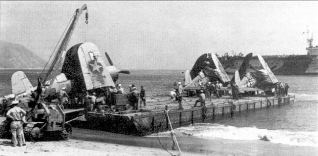 Погрузка отвоевавших свое «Корсаров» эскадрильи VF-I7 ни борт авианосца, Соломоновы острова, 7 августа 1944г. Самолеты сначала подвергнут инспектированию и ремонту, затем передадут в тренировочные подразделения. На снимке слева — истребитель F4U-1A Bu№17656 с бортовым номером «5» лейтенанта Тома Киллифира.