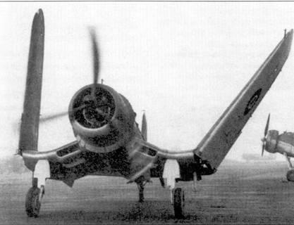 Свежеприбывший из Штатов «Корсар» рулит по полосе одного из британских аэродромов, начало 1944г. На снимке справа видна носовая часть фюзеляжа «Суордфиша». Мнение британских летчиков относительно «Корсаров» на первых порах разделилось. Многие соглашались с мнением ряда американских адмиралов, считавших самолет чрезмерно сложным в пилотировании для базирования на авианосцах. Однако возобладало мнение противоположное — англичане в деле оснащения авианосцев «Корсарами» обогнали американцев на девять месяцев.