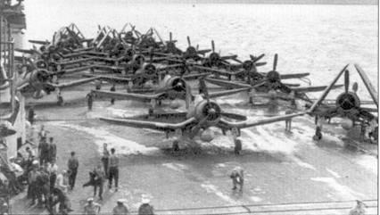 «Корсары» на палубе авианосца «Викториес», снимок сделан на переходе из вод Метрополии в Индийский океан. На корабле базировались вооруженные «Корсарами» 1834- я и 1836-я эскадрильи Fleet Air Arm. На створках ниш основных опор шасси истребителей из 1834-й эскадрильи наносились цифры «7», на створки ниш шасси самолетов 1836- й эскадрильи наносили буквенно-цифровой коды от «8А» до «8Т».